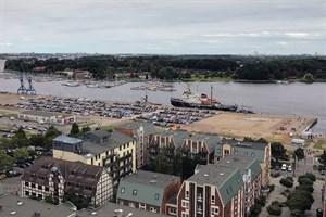 """Der Parkplatz """"Am Stadthafen"""" in Rostock wird gepflastert (Foto: Wiro)"""