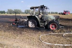 Traktor bei Erntearbeiten ausgebrannt (Foto: Polizei)