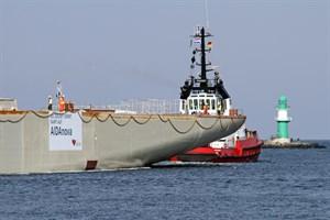 Das Maschinenraum-Modul fürs Kreuzfahrtschiff AIDAnova verlässt Rostock-Warnemünde