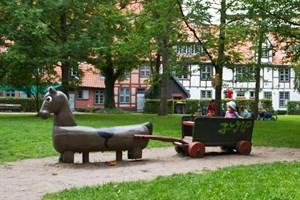 Die alten Spielgeräten im Klostergarten kommen weg. Ein neuer Spielplatz wird hier entstehen.