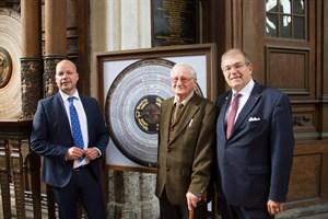 Finanzsenator Dr. Chris Müller-von Wrycz, Prof. Dr. Manfred Schukowski und Universitätsrektor Prof. Dr. Wolfgang Schareck neben der Kopie der alten Beschriftung der Kalenderscheibe