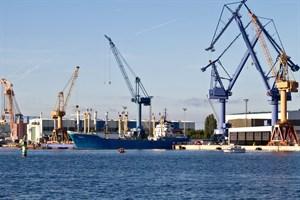 """Die """"Likedeeler"""" wird in der Warnemünder Werft eingedockt."""