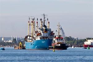 Das Jugendschiff Likedeeler verlässt seinen Liegeplatz in Schmarl