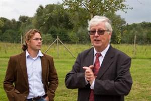 Lutz Klingbeil vom StaLu und Hartmut Voß von den Stadtwerken erläutert die Altlastensicherung auf dem Gelände des ehemaligen Gaswerkes.