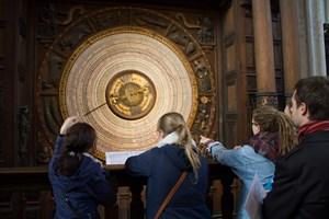 Seit 133 Jahren können Besucher der St. Marienkirche in Rostock Daten von dieser Kalenderscheibe ablesen. Nun wird sie neu beschriftet.