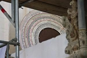 Die neue Beschriftung der Kalenderscheibe wartet schon in der Sakristei der Marienkirche auf ihren 133-jährigen Einsatz