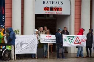 Schon mehrfach gab es Protest für den Erhalt des LSG Diedrichshäger Land vor dem Rathaus
