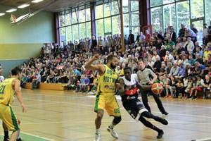 Rostock Seawolves unerliegen SC Rist Wedel - Jordan Talbert (am Ball) gegen Paul Owusu (Foto: Thomas Käckenmeister)