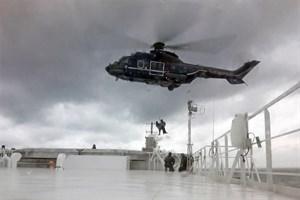 """Der Polizeihubschrauber Pirol 806 setzt Einsatzkräfte der Bundespolizei auf der Hubschrauberplattform des Scandlines-Fährschiffs """"Berlin"""" ab (Foto: Scandlines)"""