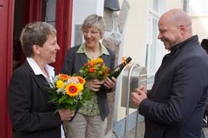 Senator Dr. Chris Müller-von Wrycz Rekowski gratulierte dem frisch vermählten Paar, das überrascht war, als erstes gleichgeschlechtliches Paar in Rostock getraut worden zu sein.