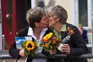 Kathrin Plaschke und Daniela Janussek sind das erste gleichgeschlechtliche Paar, das sich in Warnemünde traut.