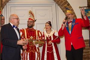 Oberbürgermeister Roland Methling übergibt die Rathausschlüssel am 11.11. dem Prinzenpaar des RKC
