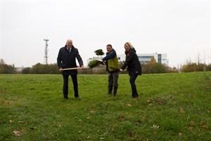 Oberbürgermeister Roland Methling, Christian Seifert vom Rostocker Kleingartenverband und Stadtgrünamtsleiterin Dr. Ute Fischer-Gäde beim ersten Spatenstich für eine neue Kleingartenanlage in der Südstadt.