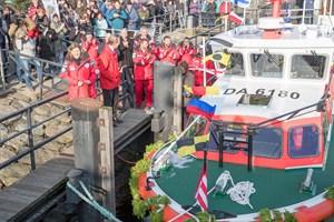 """""""Allzeit gute Fahrt und stets eine sichere Heimkehr"""", wünscht Seenotretter-""""Bootschafterin"""" Heike Götz dem neuen Seenotrettungsboot NIMANOA der Deutschen Gesellschaft zur Rettung Schiffbrüchiger (DGzRS). Sie hat heute das Seenotrettungsboot für die Freiwilligen-Station Damp in ihrer Heimat Mecklenburg-Vorpommern in Warnemünde getauft. Benannt ist es nach einer Sagengestalt, die Reisende auf See stets sicher zu ihrem Ziel navigieren lässt (Foto: DGzRS – Die Seenotretter)"""