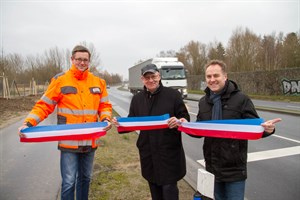 Nach dem die frisch ausgebaute Hinrichsdorfer Straße bereits vor zwei Tagen für den Verkehr freigegeben wurde, wurde sie heute von Bauleiter Marvin Dahms, Oberbürgermeister Roland Methling und Verkehrsenator Holger Matthäus offiziell eröffnet.