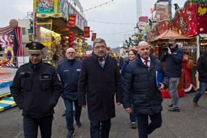 Innenminister Lorenz Caffier auf einem Rundgang über den Rostocker Weihnachtsmarkt