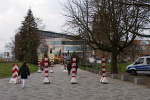 Der Eingang zum Rostocker Weihnachtsmarkt am Kröpeliner Tor ist durch Barrieren gesperrt.