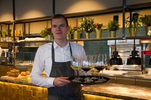 Restaurantleiter Markus Fitze serviert den Wein zur Eröffnung des neuen Weinecks.