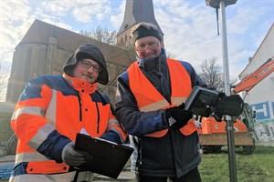 Kampfmittelberger Thomas Lohse (l.) & Vermesser Carsten Frick untersuchen das Baugebiet für das neue Petritor in Rostock (Foto: Eigenbetrieb KOE Rostock)