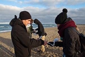 Dr. Sven Hille dokumentiert die Fundstücke der Schüler.