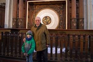Prof. Schukowski und sein Urenkel Theodor setzten die Astronomische Uhr wieder in Gang.
