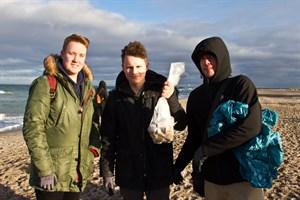 Florian Reisewitz, Daniel Lange und Peter Schmedemann vom Erasmusgymnasium beim Beachcleanup