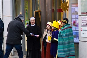 Christian, Gabriel, Maxim, Oscar und Schwester Birgit singen auf der Kröpeliner Straße und sammeln Spenden für Kinder in Indien.