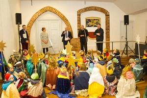 Sternsinger werden am Tag der Heiligen drei Könige im Rostocker Rathaus empfangen.