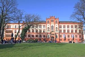 """Die Uni Rostock, im Bild das Hauptgebäude, ist laut dem Magazin """"Times Higher Education"""" die viertschönste Universität Europas (Foto: Archiv)"""
