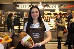 Bäckermeisterin Judith Hauschild präsentiert das Jubiäumsbrot, das ab morgen bei der Rostocker Bäckerei Sparre im Handel ist.