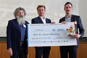 Der mit 5000 Euro dotierte BRIESE-Preis für Meeresforschung 2017 wurde heute am IOW an den Biogeochemiker Dr. Soeren Ahmerkamp (r.) verliehen. Kapitän Klaus Küper (Mitte) von der BRIESE-Reederei, rechts IOW-Direktor Ulrich Bathmann (Foto: IOW/K. Beck)