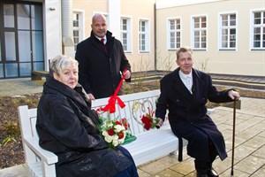 Senator Chris Müller-von Wrycz Rekowski zählte zu den ersten Gratulanten des frisch vermählten Brautpaares Silvia und Harald Lobenstein. Gemeinsam weihten sie die neue Hochzeitsbank auf dem Schusterhof gegenüber dem Rostocker Standesamt ein