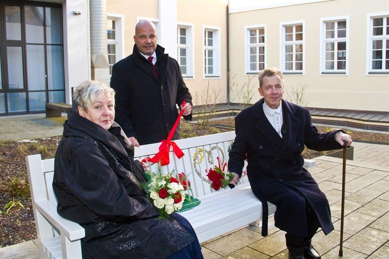 Romantische Hochzeitsbank am Standesamt eingeweiht