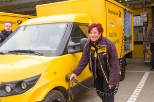 Dana Piehl liefert die Pakete für die Deutsche Post DHL Group mit dem neuen Streetscooter aus.