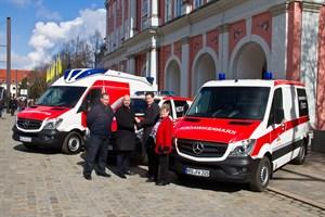 Ralf Gesk vom Rettungsamt, Senator Chris Müller-von Wrycz Rekowski, Jürgen Richter vom DRK Rostock und Dr. Dagmar Zillig vom Rettungsdienst Rostock mit den neuen Rettungsfahrzeugen