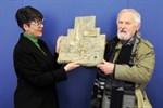 Bildhauer Erhard John beschenkt Rostock mit Relief