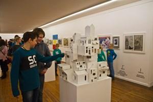 """Die Klasse 8a der Borwinschule zeigt eine ausgezeichnete Gemeinschaftsarbeit bei """"Schüler stellen aus"""" in der Kunsthalle"""