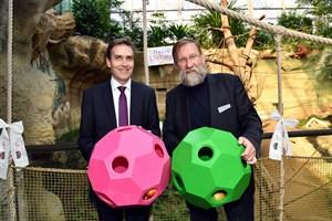 Wiro-Chef Ralf Zimlich (li.) und Zoodirektor Udo Nagel tauften heute den jüngsten Orang-Utan-Nachwuchs auf den Namen LinTang. Als Taufgeschenke gab es Spiel- und Futterbälle. (Foto: Zoo Rostock/Joachim Kloock)
