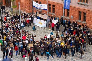 Grundschullehramtsstudenten protestieren vorn der Uni Rostock gegen miserable Studienbedingungen
