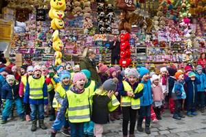 Zum Tag des Miteinanders des Schaustellerverbandes auf dem Ostermarkt waren 250 Kinder und Sozialsenator Steffen Bockhahn (im Hintergrund) gekommen.