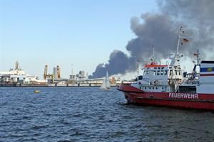 Brand in Abfallsortieranlage in Rostock-Hinrichsdorf - die Rauchwolke zieht weit über die Stadt
