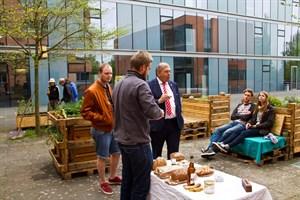 Frische Kresse aufs Butterbrot gab es bei der Einweihung der Hochbeete für den Campusgarten. Auch Rektor Prof. Wolfgang Schareck zeigte sich angetan.