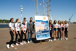 Schüler des Innerstädtischen Gymnasiums präsentieren das Jubiläumsshirt, das auch möglichst viele Besucher des Festivals im Stadthafen tragen sollen