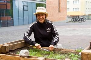 Initiatorin Juliane Bäthge erntet frische Kresse im Campusgarten.