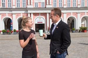 Lena Siegert und Holger Matthäus stellen das Pfandbechersystem reCup vor, das auch bald in Rostock den Plastikmüll reduzieren soll.