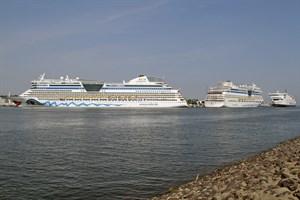 """Die """"AIDAbella"""" (links) und die """"AIDAmar"""" haben Heck an Heck im Kreuzfahrthafen Rostock-Warnemünde festgemacht, rechts läuft die Scandlines-Fähre """"Berlin"""" ein"""