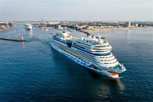 """In Formation liefen die Kreuzfahrtschiffe """"AIDAmar"""" und """"AIDAbella"""" am Abend gemeinsam aus Rostock-Warnemünde aus (Foto: AIDA Cruises/Felix Gänsicke)"""
