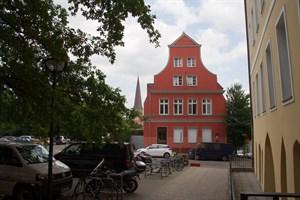 """Beim Bauvorhaben Rathauserweiterung ist noch nicht geklärt, wie die neuen Gebäude sich an das historische """"Vater Rhein"""" annähern sollen."""