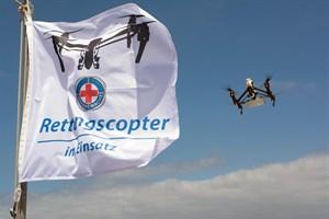 Der Einsatz der Rettungscopter der DRK Wasserwacht wird aktuell durch die entsprechende Flagge an Turm 3 in Warnemünde signalisiert  (Foto: DRK/Kasch)