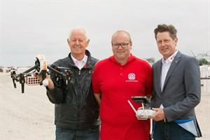 Präsident Wilfried Kelch (v.l.n.r.), der stellvertretende Wachleiter Lukas Knaup und Vorstandsvorsitzender Jürgen Richter freuen sich über den Einsatz der Rettungscopter in ihrem DRK Kreisverband Rostock e.V (Foto: DRK/Kasch)